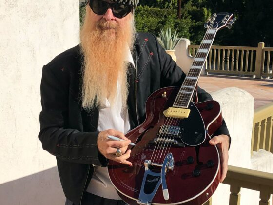 Billy Gibbons signs Guitar for VFVF at GNRS